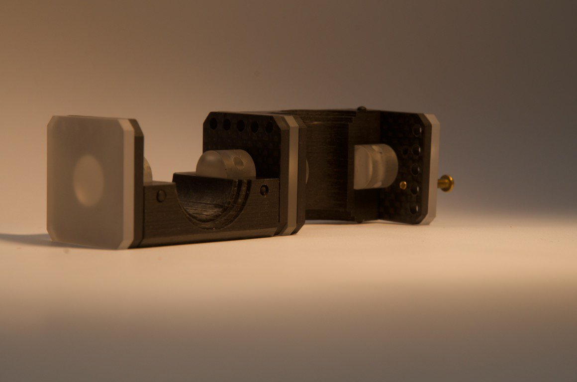 Carbon-fiber/sapphire susceptometer mount