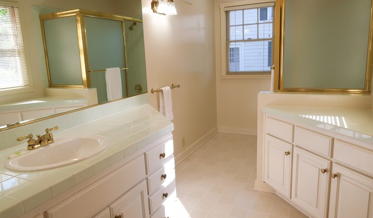 525 Master bathroom 2