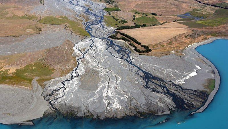Avulsions on rivers deltas