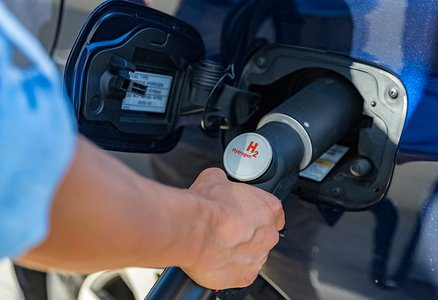 Refueling a truck with hydrogen gas