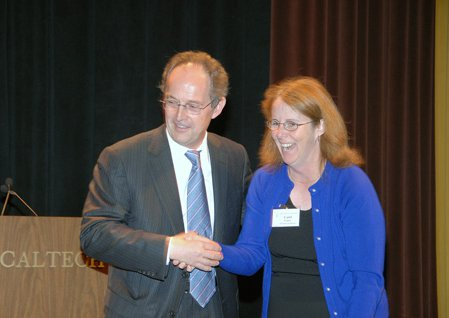 photo of Carol Casey shaking hands with Caltech president Jean-Lou Chameau